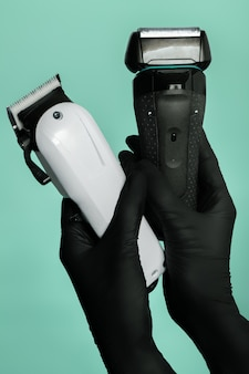 Vista dall'alto di strumenti di barbiere professionale nelle mani