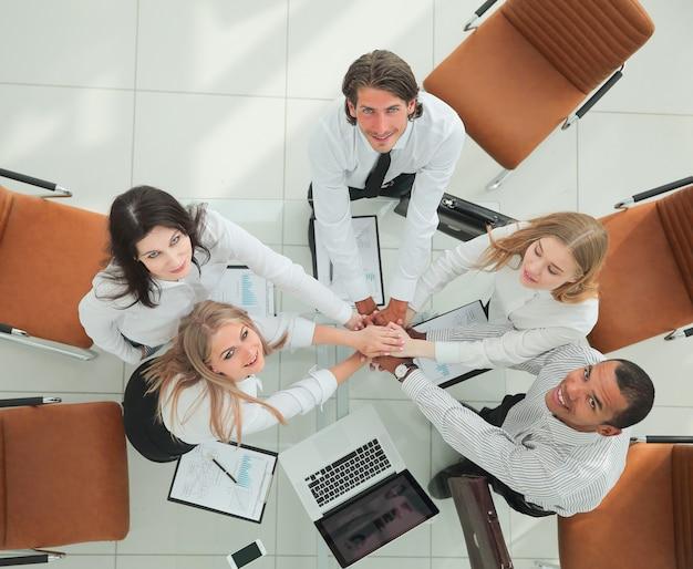 Vista dall'alto team professionale di affari mostra il suo successo il concetto di lavoro di squadra