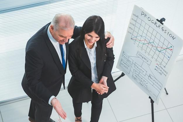 Vista dall'alto. project manager che presenta un nuovo dipendente. concetto di affari