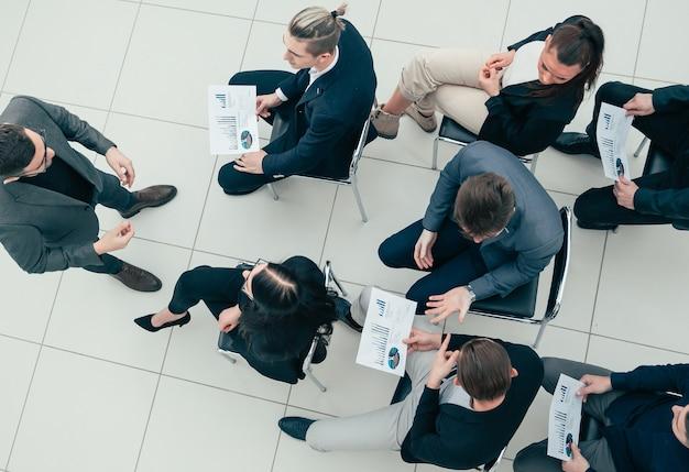 Project manager vista dall'alto in una riunione con il gruppo di lavoro