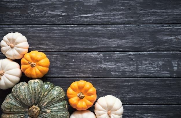 Vista dall'alto di zucca su fondo in legno vecchio. concetto del giorno del ringraziamento.