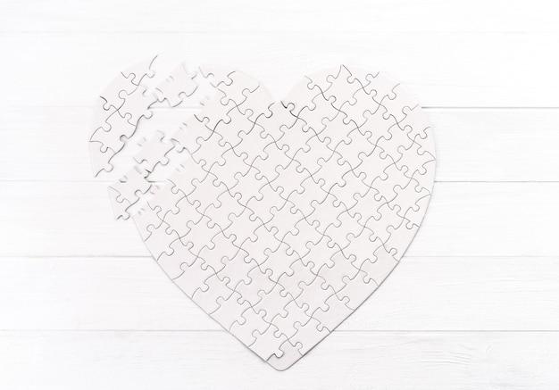Vista dall'alto del puzzle a forma di cuore