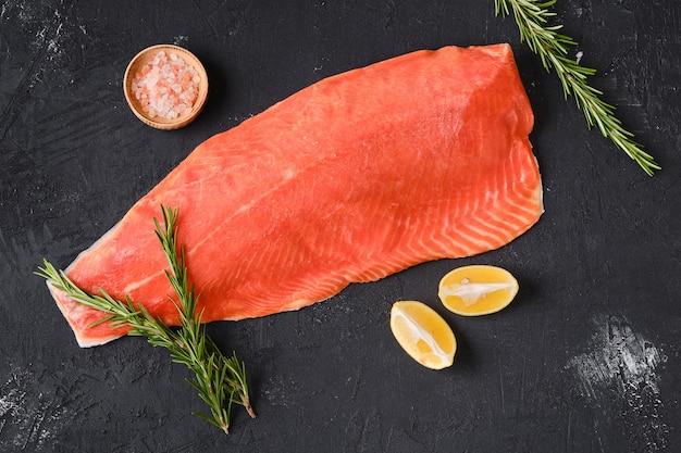Vista dall'alto del filetto di salmone congelato crudo