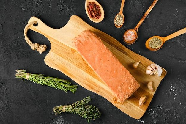 Vista dall'alto pezzi di salmone crudo pressato in mattonella