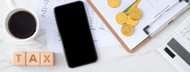 Vista dall'alto di leggere la panoramica e calcolare, pagare le tasse con lo smartphone da internet.