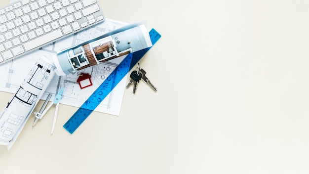 Vista superiore dello scrittorio del bene immobile con la priorità bassa del copyspace
