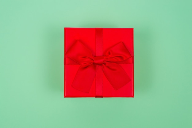 Vista dall'alto dell'arco rosso del giftbox isolato