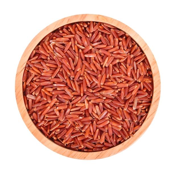 Vista dall'alto di riso rosso isolato su sfondo bianco