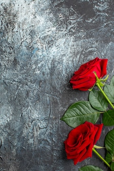 Vista dall'alto rose rosse per san valentino su sfondo grigio chiaro cuore sentimento amore amante coppia vacanza passione matrimonio spazio libero