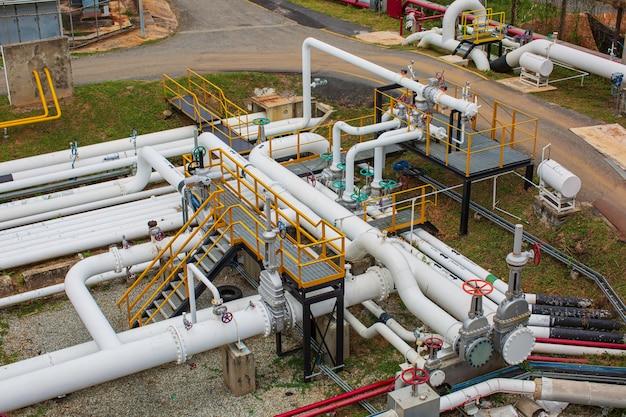 Vista dall'alto dell'attrezzatura dell'impianto di raffineria per le valvole dell'olio e del gas delle tubazioni alla sicurezza della pressione dell'impianto di gas
