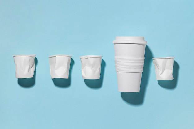 Tazza riutilizzabile vista dall'alto con bicchieri di plastica