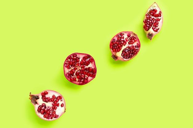 Vista dall'alto del frutto maturo del melograno su sfondo verde.