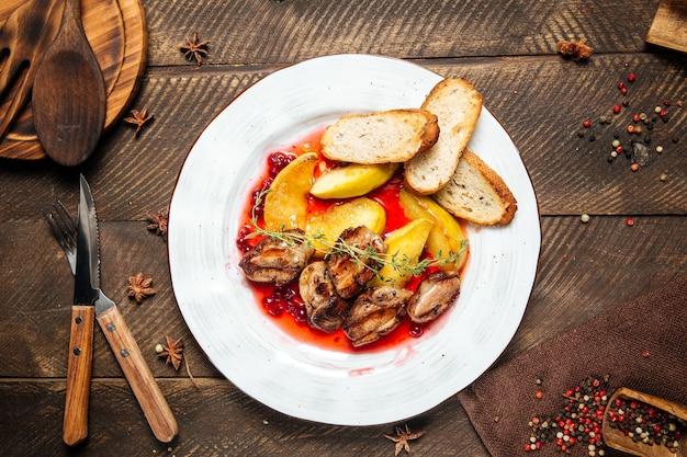 Vista dall'alto sul pollo arrosto con toast di patate e salsa di mirtilli rossi