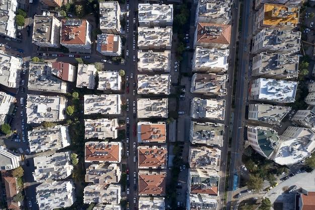 Vista dall'alto del tetto di un edificio a più piani con traffico automobilistico sulla strada.