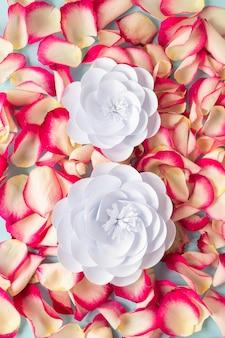 Vista dall'alto di petali di rosa con fiori per la festa della donna