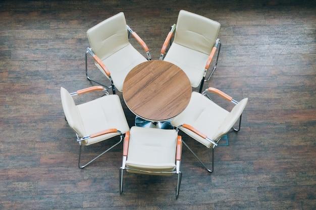 Vista dall'alto di tavolo rotondo e sedie