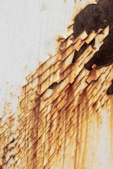 Vista dall'alto della superficie di metallo arrugginito con vernice
