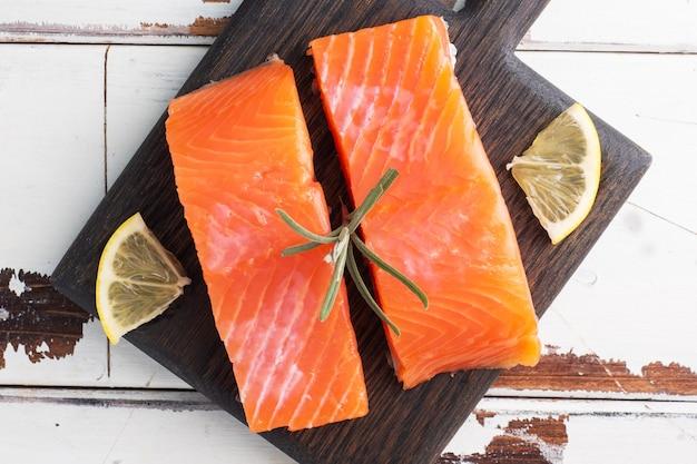 Filetto di salmone vista dall'alto su un tagliere di legno