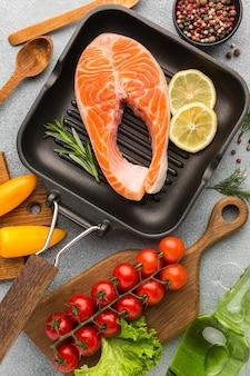 Vista dall'alto salmone e limone in padella