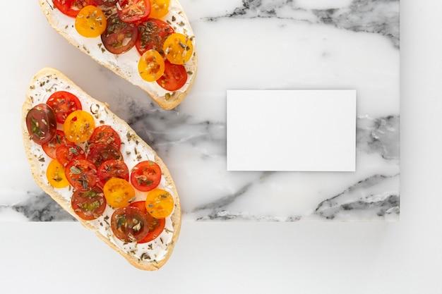 Vista dall'alto panino con crema di formaggio e pomodori con rettangolo vuoto
