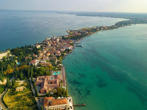Vista dall'alto del castello scaligera e sirmione sul lago di garda.italia.toscana.