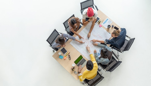 Vista dall'alto scena di uomini d'affari asiatici e multietnici con abito casual che lavora con il brainstorming