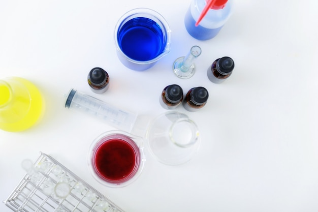Vista dall'alto dell'attrezzatura per esperimenti scientifici sul tavolo di lavoro in un laboratorio di esami medici.