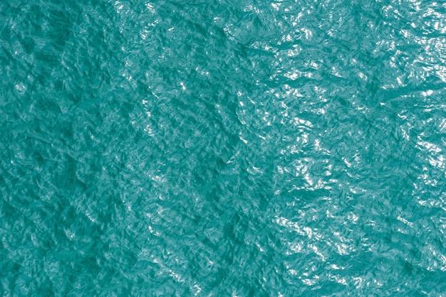 Vista dall'alto della superficie dell'acqua di mare per il materiale di sfondo e texture