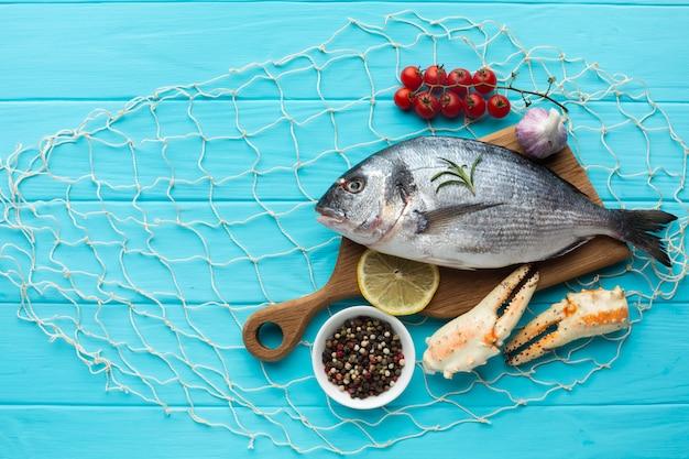 Vista dall'alto frutti di mare e condiements Foto Premium