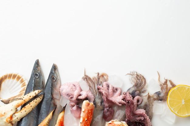 Vista dall'alto mix di frutti di mare sul tavolo Foto Premium