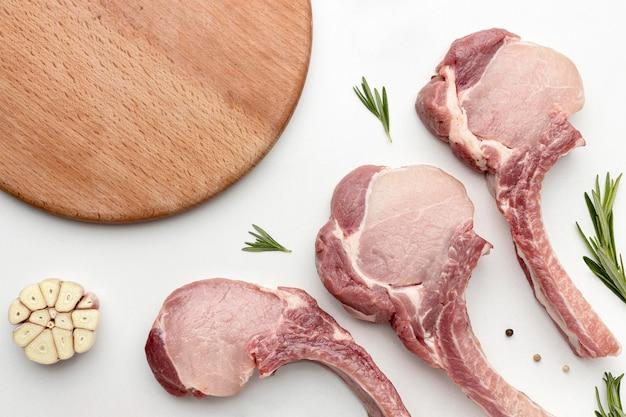 Vista dall'alto carne condita per cucinare con tavola di legno