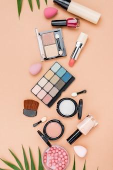 Vista dall'alto set di prodotti di bellezza su sfondo beige