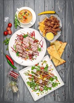 Set di piatti vista dall'alto sul tavolo