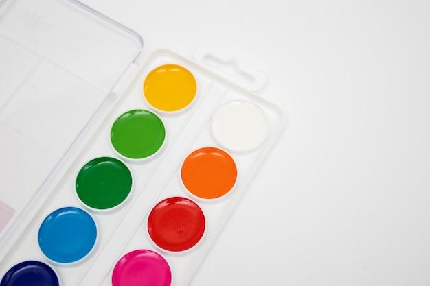 Vista dall'alto sul set di colori ad acquerello tavolozza in scatola isolata su sfondo bianco.