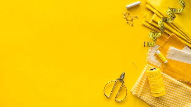Vista dall'alto di elementi essenziali per cucire con spazio di copia