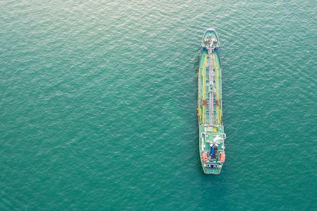 Vista dall'alto della nave che trasportava gpl e petroliera in mare