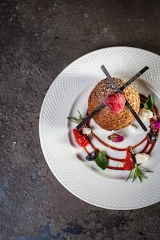 Biscotti di pasta frolla vista dall'alto con frutti di bosco su un piatto