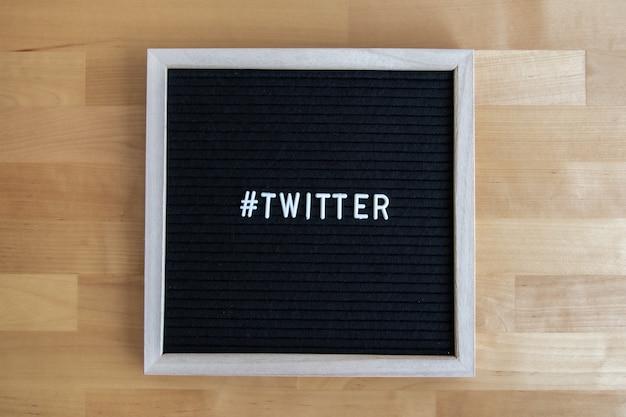 Vista dall'alto di una lavagna con citazione su twitter