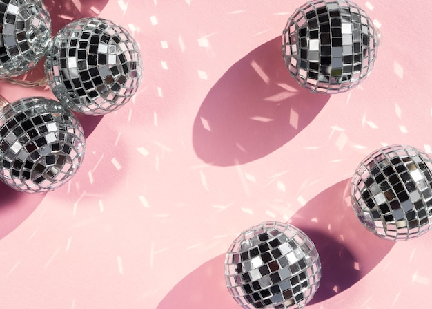 Palle da discoteca argento vista dall'alto