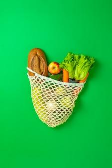 Vista dall'alto di una semplice borsa con generi alimentari freschi