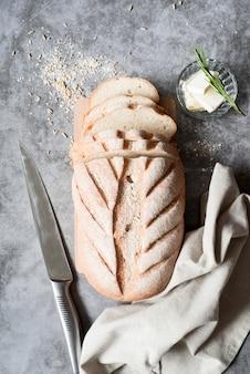 Vista dall'alto di pane a fette con coltello