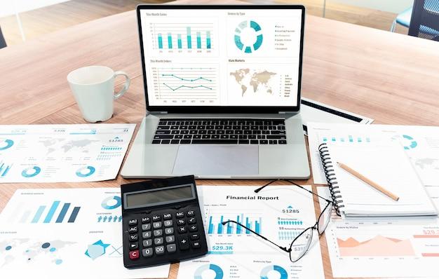 Presentazione della presentazione di diapositive con vista dall'alto sul laptop con display sul tavolo