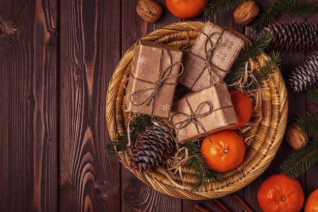 Vista dall'alto su piccoli doni con decorazioni natalizie