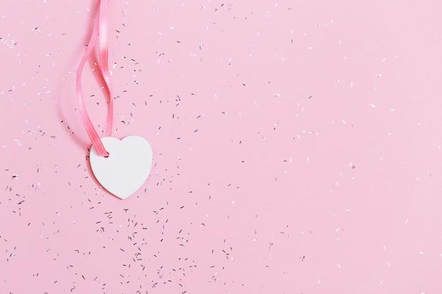 Vista dall'alto del piccolo cuore con paillettes