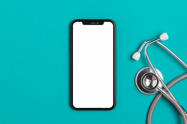 Smartphone vista dall'alto con stetoscopio