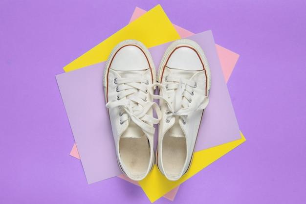 Vista dall'alto di sneaker con lacci bianchi