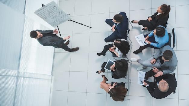Vista dall'alto. il relatore fa domande durante la presentazione aziendale