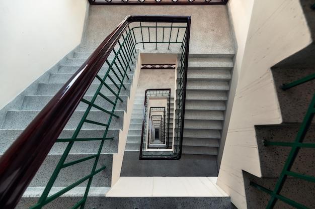 Vista dall'alto del modello infinito della scala vintage a forma quadrata sulla costruzione in hotel