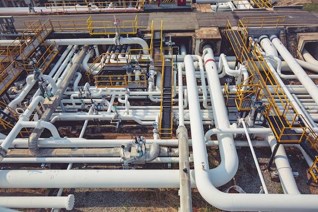 Tubi lunghi in acciaio vista dall'alto nella fabbrica di petrolio greggio durante la raffineria