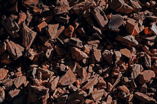 Vista dall'alto su rocce rocce appuntite struttura ravvicinata illuminata dal sole, trama per lo sfondo
